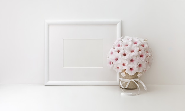 Horizontal frame with white flowers