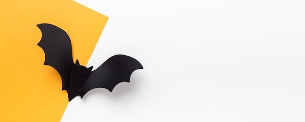 수평 할로윈 배너입니다. 노란색과 흰색 바탕에 검은 종이 박쥐. 평면도, 평면도, 복사 공간 - 이미지