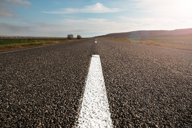 長い直線の空のハイウェイの水平方向の画像