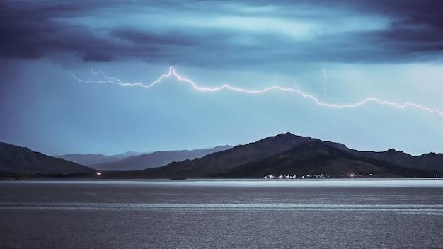 湖と山の上の水平雷