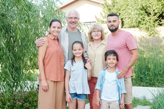 祖父母、両親、2人の子供からなる大家族の場合は横長の縦長の肖像画