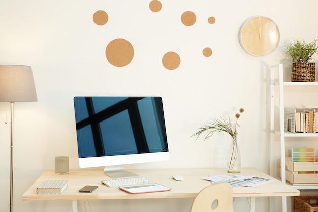 Горизонтальный снимок без людей современного интерьера рабочего пространства в современном офисе или дома