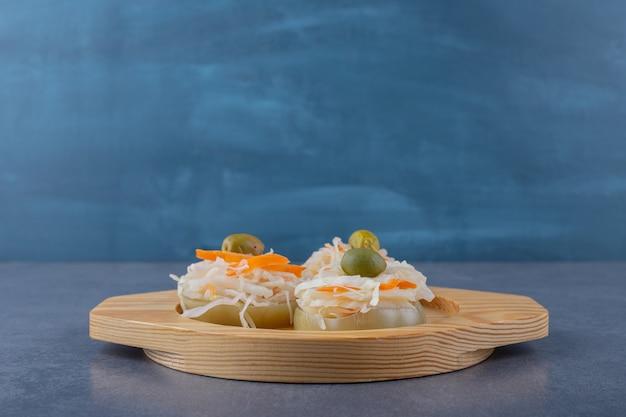 나무 접시에 홈메이드 소금에 절인 양배추의 가로 사진.