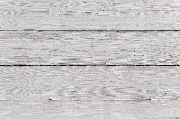 ぼろぼろのペンキで白く塗られた水平の板。高解像度の詳細なテクスチャ背景。