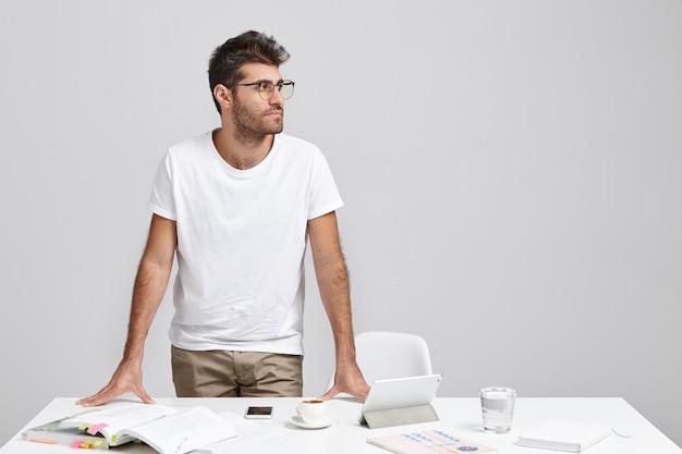 Ritratto orizzontale dell'uomo d'affari barbuto indossa occhiali e abiti casual