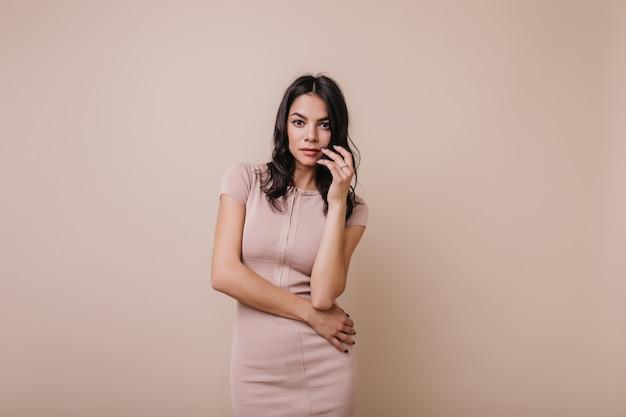 보라색 매니큐어와 매력적인 여자의 가로 초상화. 아름다운 황갈색 모델 포즈
