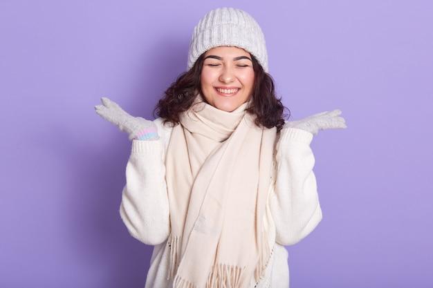 彼女の手を上げる幸せな面白い若い女性の水平方向の肖像画