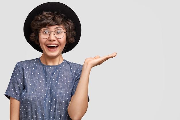 Ritratto orizzontale del venditore femminile europeo felicissimo soddisfatto