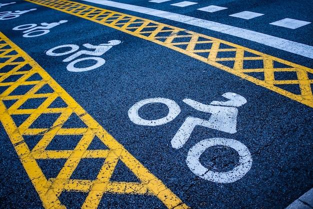 Горизонтальные дорожные указатели возле перекрестка