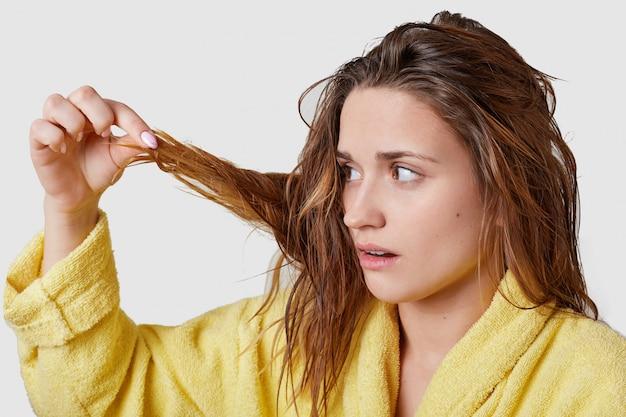 Горизонтальная съемка красивой женщины темных волос