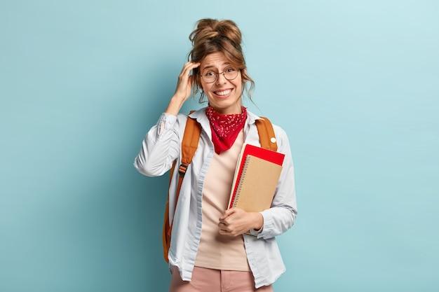 Горизонтальный снимок студента колледжа почесывает голову, пытается вспомнить ответ на сложный вопрос