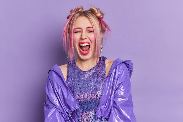 Горизонтальный снимок эмоциональной блондинки, громко восклицающей с открытым ртом