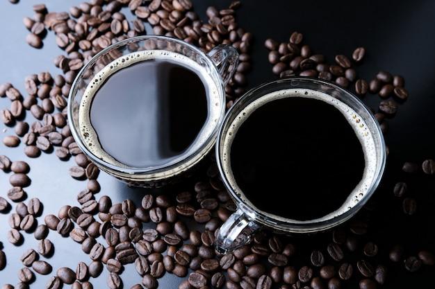 エスプレッソと焙煎したコーヒー豆の水平方向のショット、クローズアップ