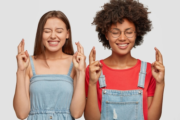 기쁜 다양한 젊은 여성의 수평 샷 소원 제스처