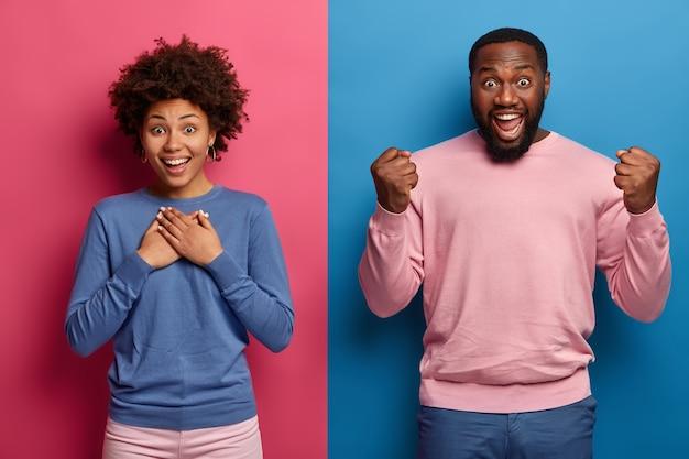 행복한 여자 친구와 남자 친구의 가로 샷은 긍정적 인 소식을 듣고, 여자는 가슴에 손을 유지합니다.