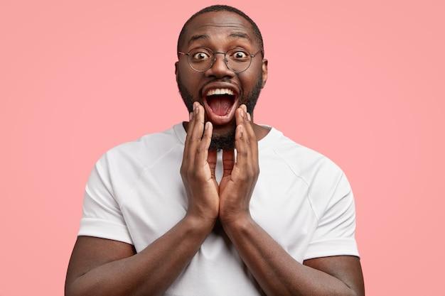 幸せな笑顔のアフリカ系アメリカ人の教師の水平方向のショットは、国際競争で彼の学生の肯定的な結果を喜ぶ