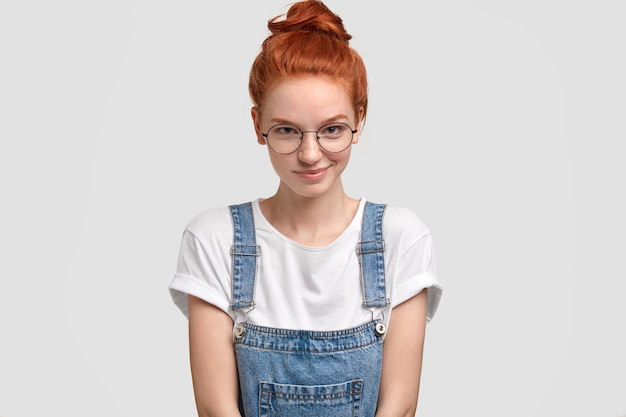 둥근 투명 안경에 즐거운 찾고 생강 젊은 유럽 여자의 가로 샷