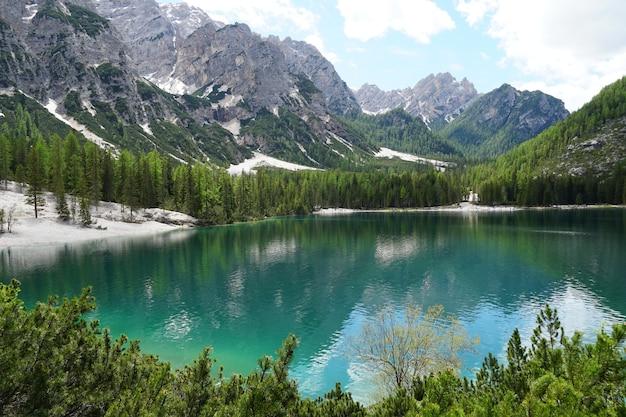 사우스 티롤, 이탈리아에 위치한 Fanes-senns-prags 자연 공원에서 Prags 호수의 가로 샷 무료 사진
