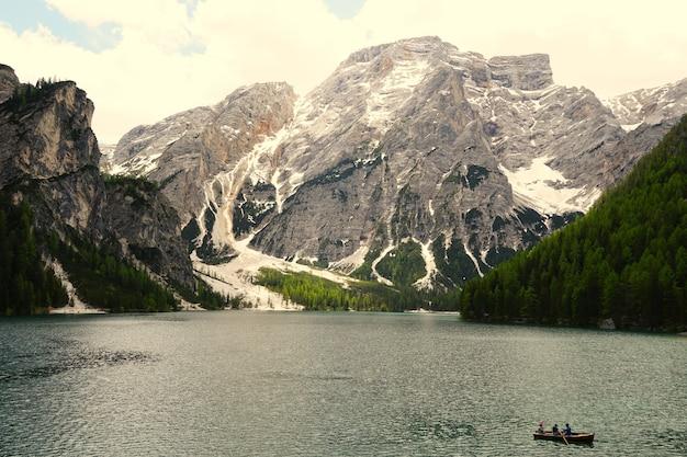 Горизонтальный снимок озера прагс в природном парке fanes-senns-prags, расположенном в южном тироле, италия