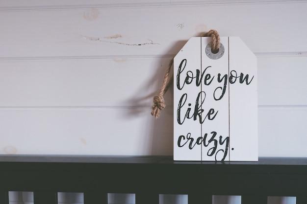 Горизонтальный снимок белой этикетки с надписью люблю тебя, как сумасшедший