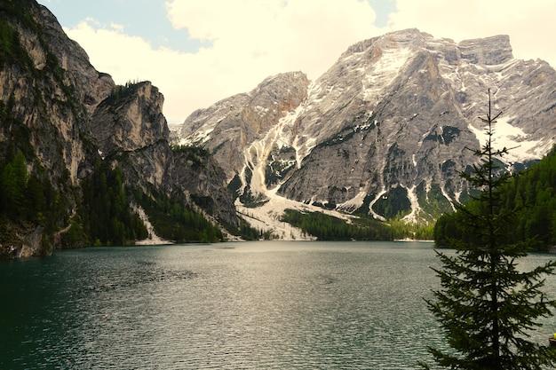 Inquadratura orizzontale del lago di braies nel parco naturale fanes-senns-braies situato in alto adige, italia