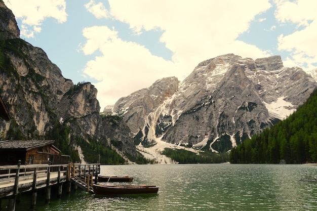Inquadratura orizzontale del lago di braies