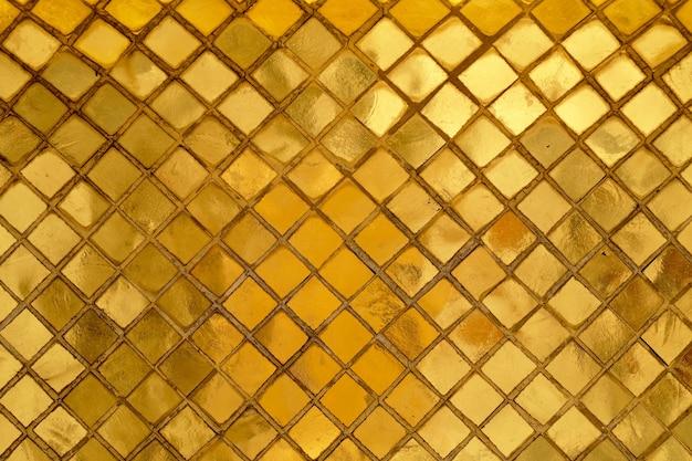 黄金のモザイクの壁の背景の水平方向のテクスチャ