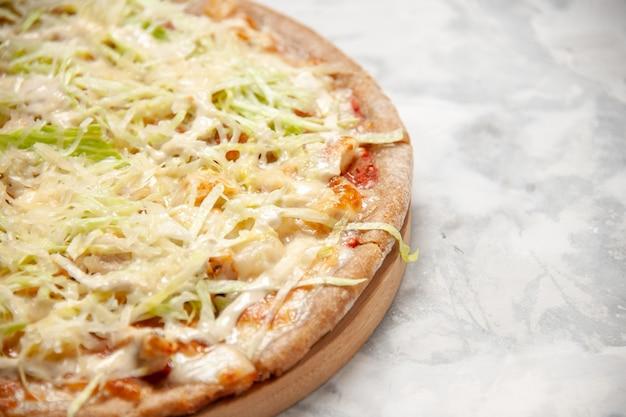 Vista orizzontale di una deliziosa pizza vegana fatta in casa su una superficie bianca macchiata con spazio libero