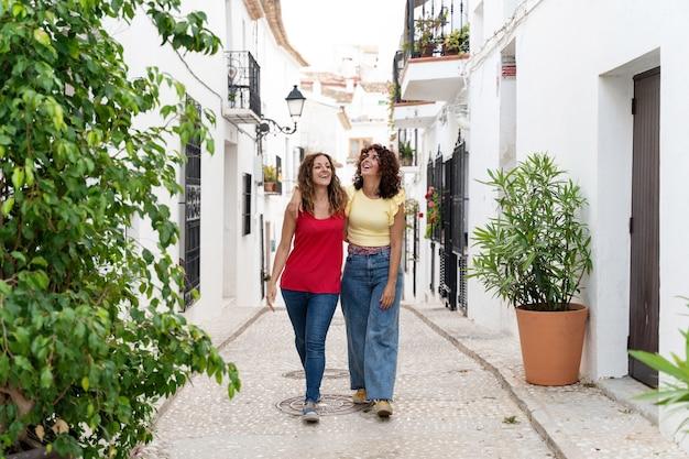 スペインを旅行する女性のカップルの水平方向のビュー。夏の旅行と休日のコンセプト。