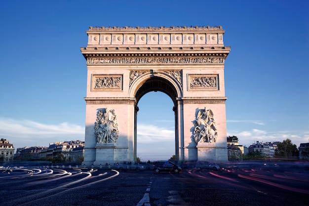 有名な凱旋門、パリ、フランスの水平方向のビュー