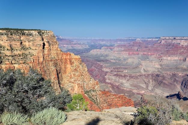 日の出、アリゾナ州、米国の有名なグランドキャニオンの水平方向のビュー