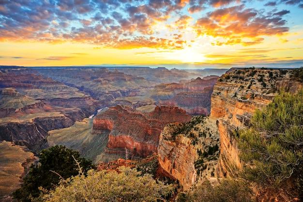 日の出の有名なグランドキャニオンの水平方向のビュー、水平方向のビュー