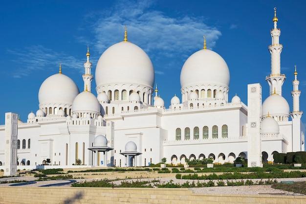 有名なシェイクザイードグランドモスク、アラブ首長国連邦の水平方向のビュー