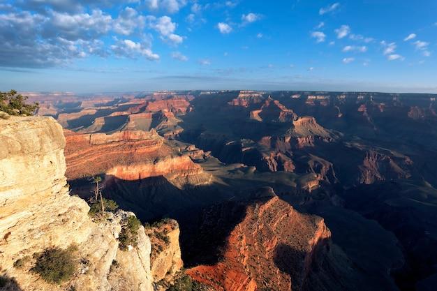 日の出、アリゾナ州、米国のグランドキャニオンの水平方向のビュー
