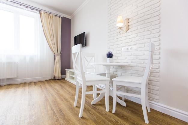 스마트하고 독점적으로 배치 된 아파트의 가로보기