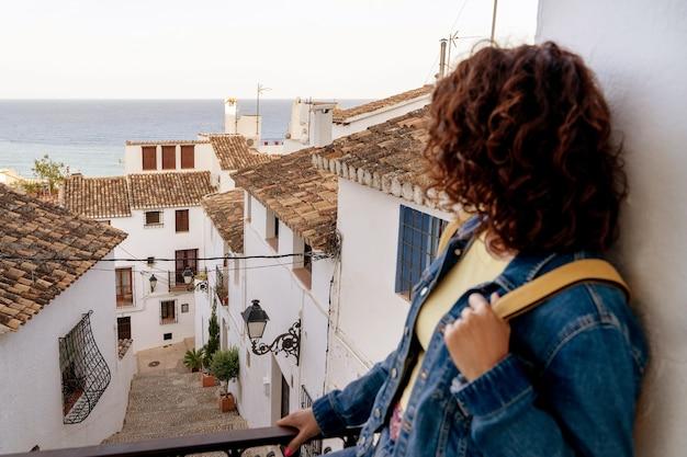 スペインを旅行している認識できない女性の水平方向のビュー。夏の旅行と休日のコンセプト。