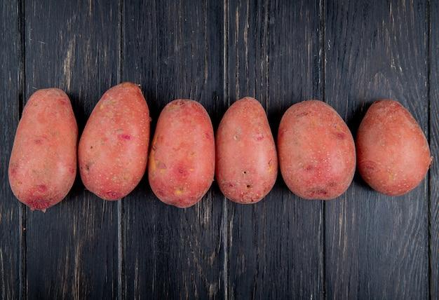 Vista orizzontale delle patate rosse su superficie di legno