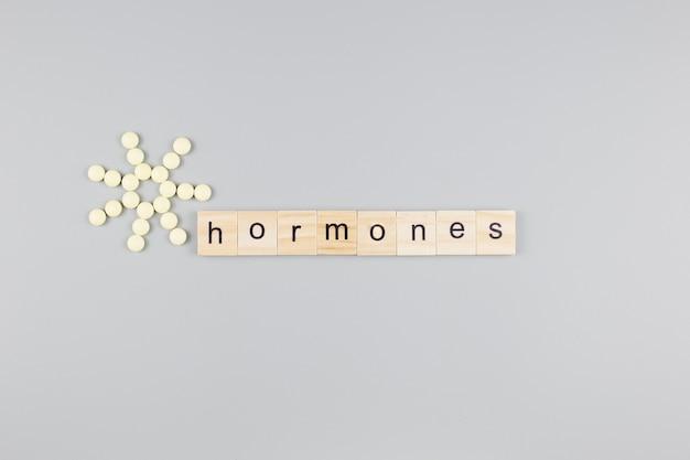 호르몬 단어 나무 큐브. 의료 개념.