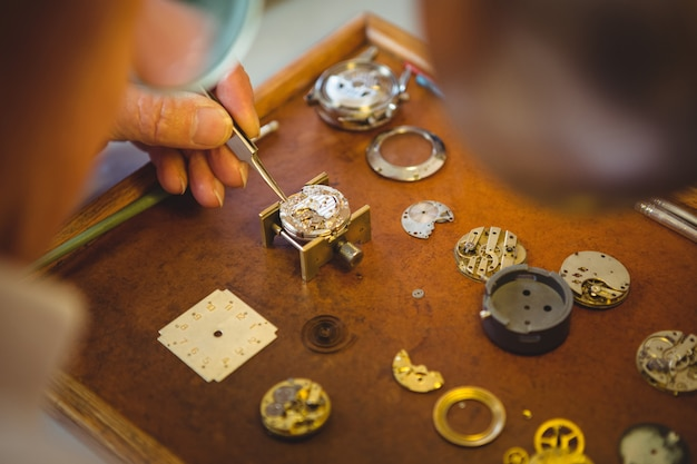 時計を修理する時計師
