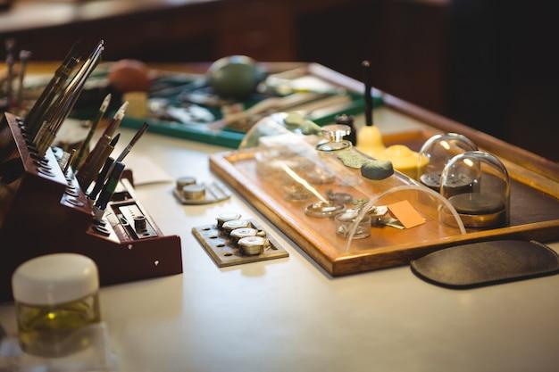 机の上の時計学者の作業ツールと機器