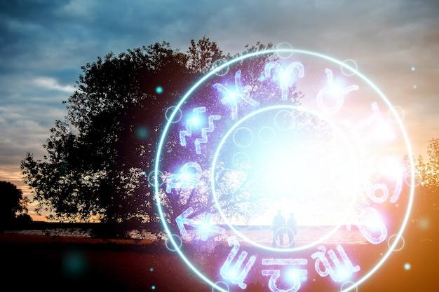 Понятие гороскопа, пара парень и девушка на фоне круга со знаками зодиака, астрология. концептуальное фото пары с идеальным совпадением знаков зодиака.