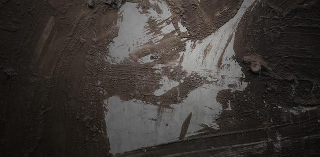 공포와 무서운 시멘트. 벽은 얼룩과 흠집으로 가득 차 있습니다.