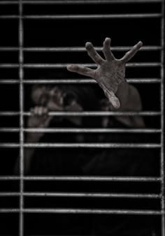暗いケージのポンドルームで所有している女性のホーストハロウィーンのホラーシーン
