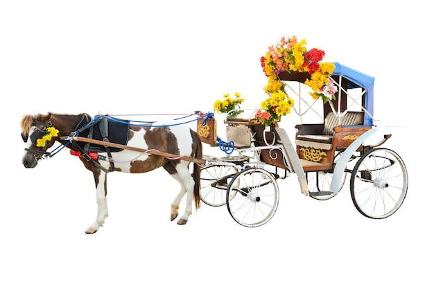 마차를 끄는 말은 아름다운 꽃, 캐리지 라이드(carriage ride) 빈티지 스타일, 도시를 보기 위한 여행 차량, 태국의 람팡(lampang)에서 고립된 흰색 배경에 아시아 여행을 장식합니다.