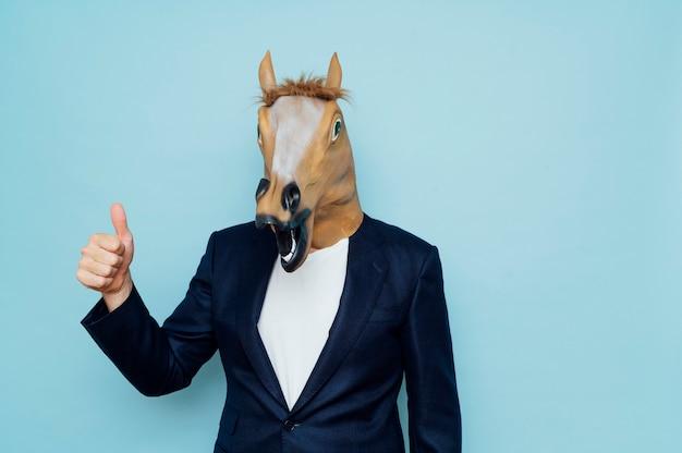 親指を立てて馬の男