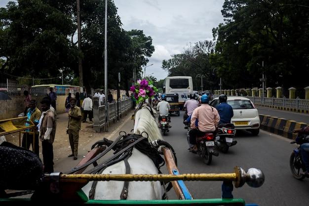 都市を通って馬車を引っ張っている馬