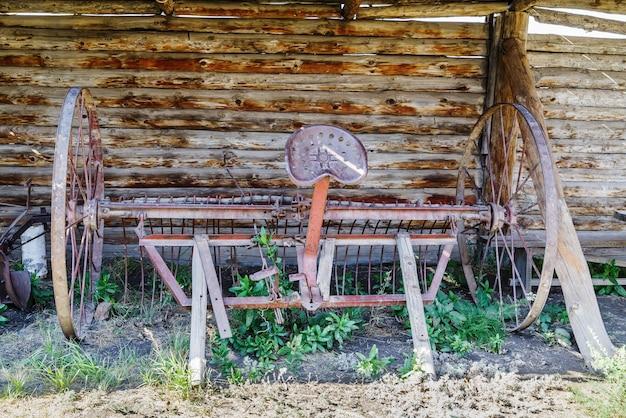 Конные грабли во дворе старого деревенского дома
