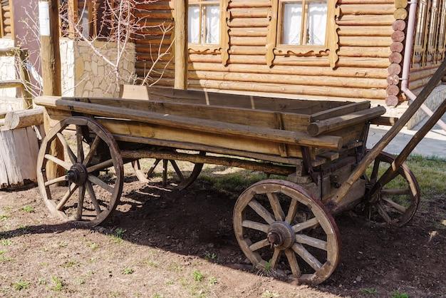 村の家の中庭にある馬車