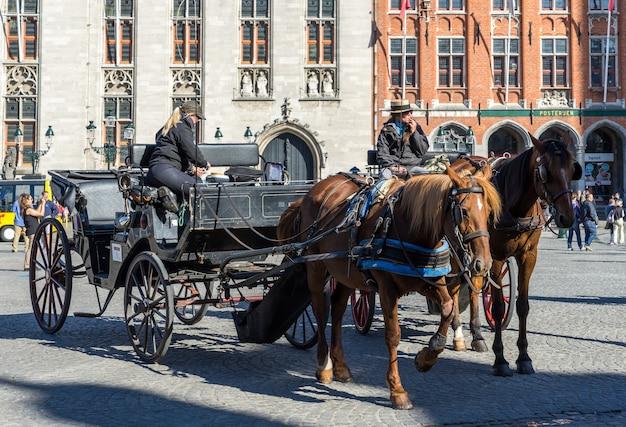 벨기에 시장 광장 브뤼헤 웨스트 플랑드르의 말과 마차
