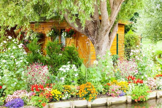 運河とフランスのアミアンのhortillonnagesの間春に非常に花の咲く庭園
